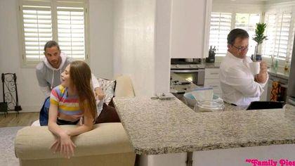 Небритый парень заставляет девку за спиной отца ласкать писей его член №4