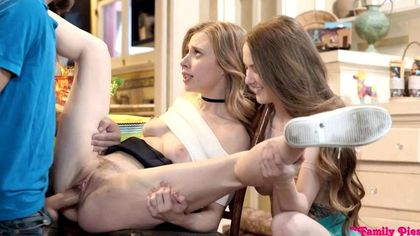 Две бисексуалки ласкают писями большой хуй скромного программиста №7