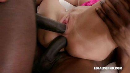 Толпа черных парней разминает до боли вагину и анус белой любовницы №5