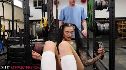 Фитнес-тренер прямо в зале отодрал спортсменку без преза в теплое влагалище №1