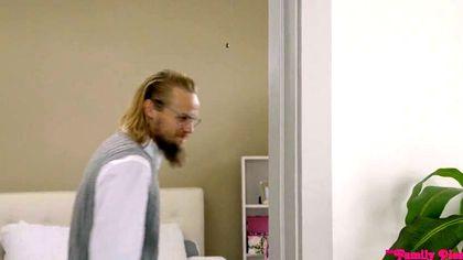 Бородатый программист на кровати трахает рыжую подругу в костюме Лепрекона №1