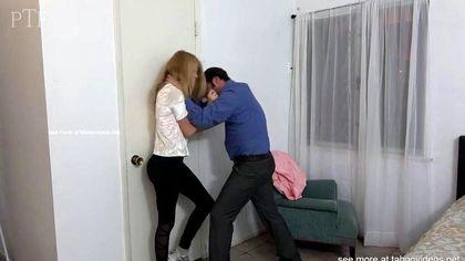 Мужик в синей рубашке наказал падчерицу за связь с негром грубым сексом в писю №6