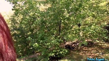 Мужик в голубой майке подкатил к туристке в парке и выебал под деревом рачком №6