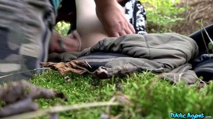 Мужик в голубой майке подкатил к туристке в парке и выебал под деревом рачком №8