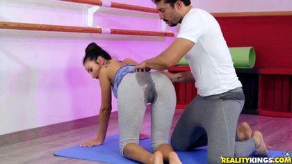 Тренер по балету поднимает ногу балерины и пихает гигантский член ей во влагалище №2