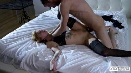 Модельер проснулся в кровати с девицей в чулках и нежно отодрал в лохматку №3
