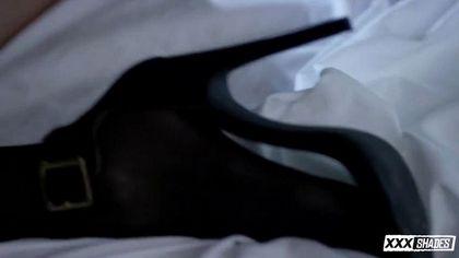 Модельер проснулся в кровати с девицей в чулках и нежно отодрал в лохматку №5