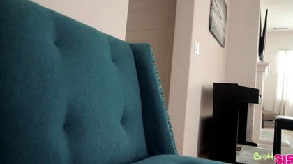 Девица на голубой простыне опускается мохнатой дыркой на член агента №2