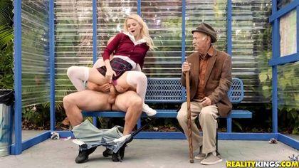 Студентка на скамейке в парке ебется рядом со стариком с байкером и кончает №2