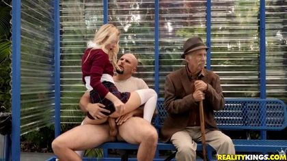 Студентка на скамейке в парке ебется рядом со стариком с байкером и кончает №3