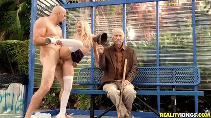 Студентка на скамейке в парке ебется рядом со стариком с байкером и кончает №5