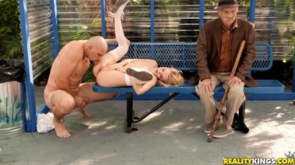 Студентка на скамейке в парке ебется рядом со стариком с байкером и кончает №7