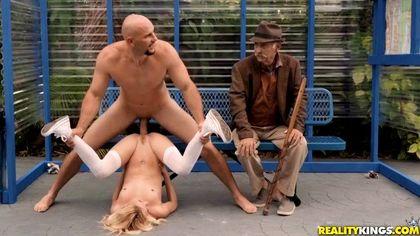 Студентка на скамейке в парке ебется рядом со стариком с байкером и кончает №9