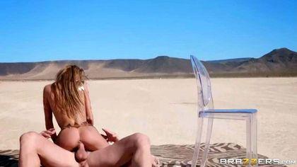 Бодибилдер посреди пустыни выебал рачком на пластиковом стуле модель №6