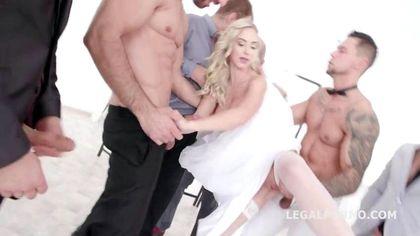 Девка в белой юбке и туфлях натирает члены байкеров на кровати и глотает семя №1