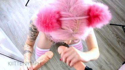Девка с розовыми волосами в слюнявчике принимает в заднем проходе толстый хер хозяина №9