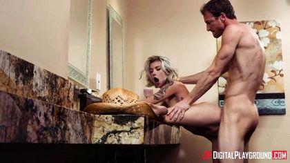 Красивая пара в ванной комнате на умывальнике кончает от куни и секса №5