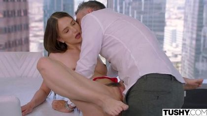 Студентка с мохнаткой между ног прыгает на хую репетитора до оргазма №2