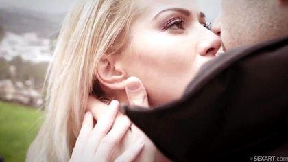 Бритоголовый пацан ласкает кончиком языка женский клитор и хочет грубо поебать вагину №1