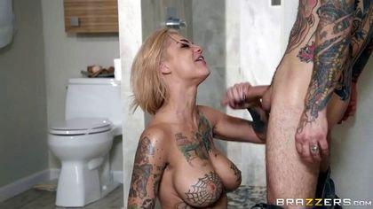 Парень с татуированным телом на плетеном кресле оттрахал очело блондинки №4