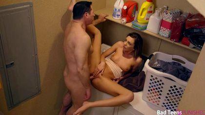 Девушка в ванне отсасывает пенис отца жениха и дает ему раком на стиралке №7