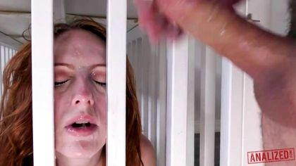 Мужик на лестнице дал в ротик девке хер, а затем ее грубо выебал в очко №9
