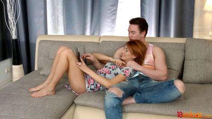 Рыжуля натирает брюнету в джинсах глубоким ротиком необрезанный пенис №1