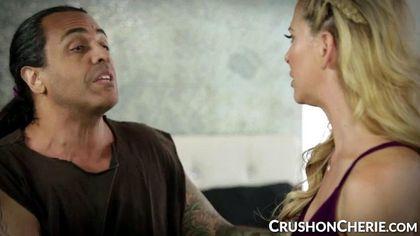 Блонди соблазняет темнокожую девушку с татуированным плечом и делает ей куни №1
