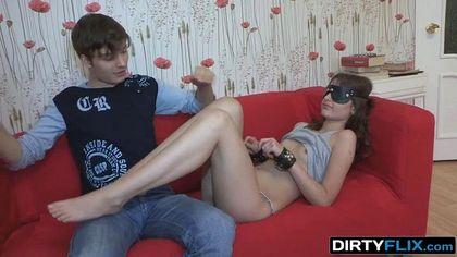 Пацан продал секс с девушкой соседу и посмотрел на измену на красном диване №1