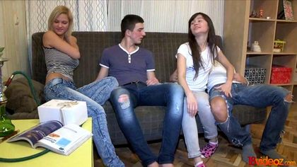 Парни меняются девушками и мутят страстную оргию на сером диване №1