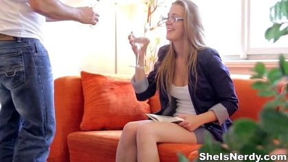 Девушка в очках нежно полирует губками пенис коллеги с работы №2