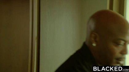 Девушка сходила в душ и вышла делать глубокий минет чернокожему бандиту №2