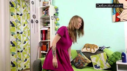 Блонди стягивает фиолетовое платье и светит мелкими сиськами и писюшкой №4