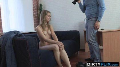 Развратница стягивает джинсы с трусами с режиссера и получает работу после горлового минета №3