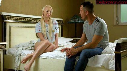 Мужик уломал будущую невестку на быстрый отсос в спальной комнате №2