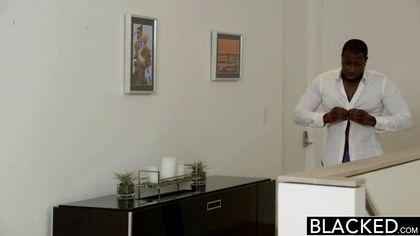Белая в чулочках полирует елду черного друга нежным ротиком стоя на четвереньках №2