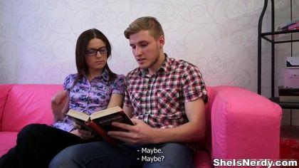 Деваха в очках проспорила одногруппнику качественный отсос на розовом диване №2