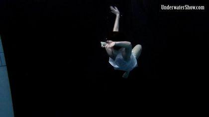Модель в бассейне позирует в белом платье и светит изредка вагиной №3