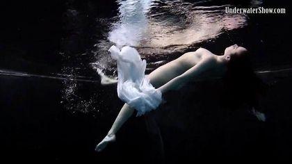 Модель в бассейне позирует в белом платье и светит изредка вагиной №6