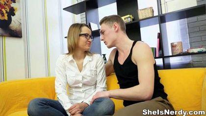 Скромница в очках полирует чуваку на желтом диване нежный обрезанный хер №4
