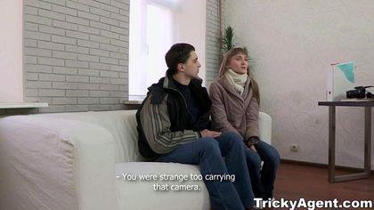 Продюсер поставил актрису раком на диване и нежно отодрал в пилотку №2