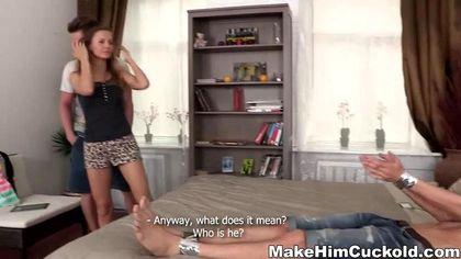 Пошлая девка ебется с мускулистым парнем на кровати перед обездвиженным мужем №3