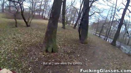 Турист в парке выебал в горло и анус незнакомку в бордовой куртке №2