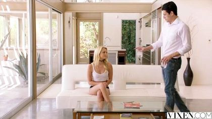 Блонди встречает мужа позой на коленях и достает из ширинки его крупный хер №2
