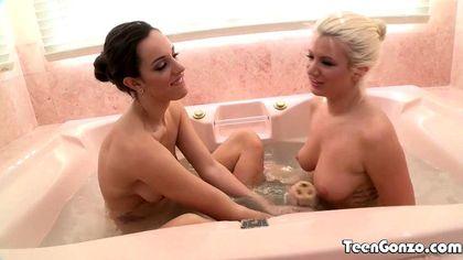 Блондинка легла в ванну вместе с брюнеткой и вылизала ртом ее писечку №1