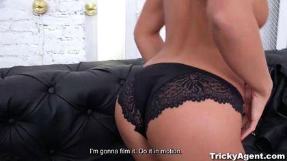 Седой режиссер снял голую актрису и натянул на возбужденный хрен №5