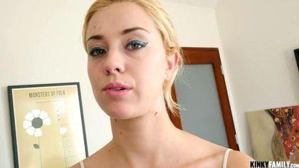 Блондинка готова на камеру снять белую майку и соснуть член №5