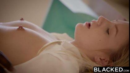 Блондинка давно мечтала трахнуться с негром и дала темнокожему в киску №4