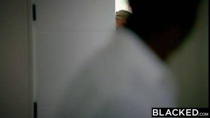 Зрелая блондинка соблазнила негра на жаркий секс в своей постели №1