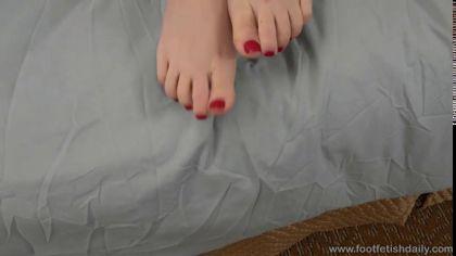 Мужик лижет киску своей любовницы и ласкает ее красивые ножки №2